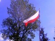 Dzień Flagi 2015 - Ochotnicza Straż Pożarna w Zdunach; Biało-czerwona na maszcie – ale to flaga o barwach narodowych ! (Biało-czerwona flaga RP ma ściśle określone proporcje - 5:8,widoczna na zdjęciu flaga jest wyraźnie dłuższa od flagi państwowej !