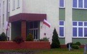 """Dzień Flagi 2015 - Szkoła Podstawowa w Zdunach z biało-czerwoną w formule """"Dobrej Flagi""""."""