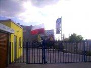 """Dzień Flagi 2015 w Zdunach -  Firma Polskie Składy Budowlane. Biało-czerwona jest, ale… mimo oferty nie jest w formule """"Dobrej Flagi""""."""